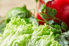 Do close up vida orgânica ainda de legumes frescos sortidos e de ervas no fundo de madeira rústico, topview, foco seletivo Foto de Stock