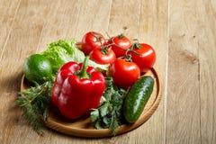 Do close up vida orgânica ainda de legumes frescos sortidos e de ervas no fundo de madeira rústico, topview, foco seletivo Imagens de Stock