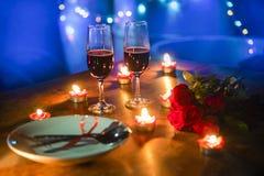 Do conceito romântico do amor do jantar dos Valentim ajuste romântico da tabela decorado com a colher da forquilha nas rosas de v fotos de stock royalty free