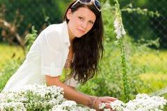 Do cuidado bonito da mulher do jardim do verão flores brancas Fotos de Stock
