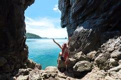 Do curso das mulheres ralax assim e feliz em uma caverna perto do mar foto de stock royalty free