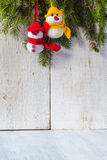 Dúo de madera de la felpa del invierno de la Navidad del tablero de los muñecos de nieve Foto de archivo libre de regalías