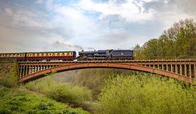 2do de rey George ii - el tren azul del vapor del rey que pasa el puente de Victoria fotografía de archivo libre de regalías