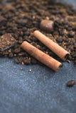 Do doce vida ainda Feijões de café, barras de chocolate e varas de canela imagem de stock royalty free