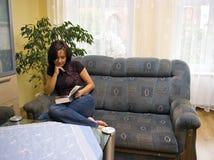 do domu czytelnicza kobieta Fotografia Royalty Free