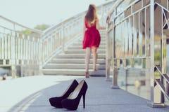 Do encanto urbano descuidado do relevo da liberdade o amor de menina feminino gosta imagens de stock