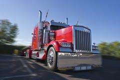 Do equipamento caminhão grande clássico vermelho semi com lote de wi dos acessórios do cromo fotos de stock