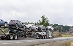 Do equipamento do carro do alador caminhão grande semi que transporta carros semi no reboque modular de dois níveis especial foto de stock
