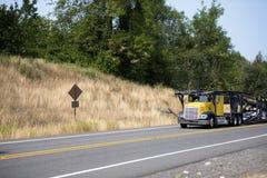 Do equipamento do carro do alador caminhão grande semi que vai carregar carros na estrada de enrolamento fotos de stock
