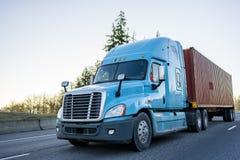 Do equipamento do longo-curso recipiente de transporte grande do caminhão semi na estrada foto de stock royalty free