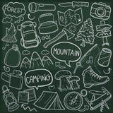 Do esboço tradicional dos ícones da garatuja da aventura da montanha vetor feito à mão do projeto ilustração royalty free