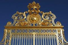 Do espaço livre majestoso do againt da porta dourada de Ornated céu azul Fotografia de Stock