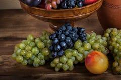 Do fruto vida outonal ainda com o jarro Georgian na aba de madeira rústica Foto de Stock