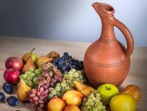 Do fruto vida outonal ainda com o jarro Georgian na aba de madeira rústica Fotografia de Stock Royalty Free