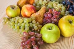Do fruto vida outonal ainda no fundo de madeira rústico da tabela Foto de Stock Royalty Free