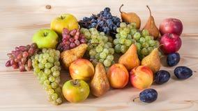 Do fruto vida outonal ainda no fundo de madeira rústico da tabela Fotos de Stock