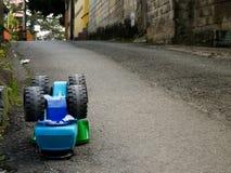 Do góry nogami klingeryt ciężarówki zabawka na ulicie daje pomysłowi wypadek uliczny kopii przestrzeń zdjęcia royalty free
