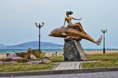 ` Do golfinho e da sereia do ` da escultura Vista lateral Foto de Stock