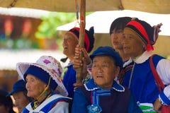 Do grupo superior das mulheres de Lijiang dança de observação Naxi Imagem de Stock