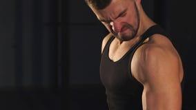 Do halterofilista considerável do homem do músculo forte saudável desportivo exercício duro de sorriso feliz carismático do trein video estoque