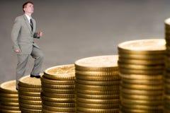 Do homem de negócios carreira nova em cima do dinheiro Imagem de Stock Royalty Free