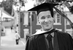 Do homem dia de graduação nervoso entusiasmado novo uni no tampão fotografia de stock