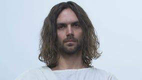 Do homem posição de Jesus igualmente no fundo claro, olhando na câmera, messias video estoque