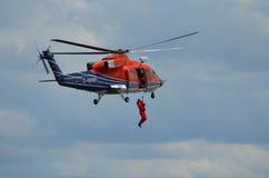 Do homem treinamento do salvamento ao mar com helicóptero Foto de Stock Royalty Free