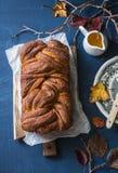 Do humor do outono vida acolhedor ainda com o bolo frito da canela da abóbora em uma tabela azul Foto de Stock Royalty Free