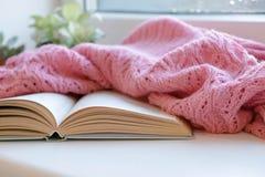 Do inverno vida acolhedor ainda: livro aberto Conceito morno e confortável do outono ou do inverno Imagens de Stock Royalty Free