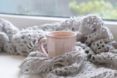 Do inverno vida acolhedor ainda: livro aberto Conceito morno e confortável do outono ou do inverno Imagens de Stock