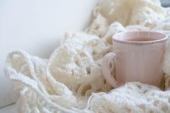 Do inverno vida acolhedor ainda: livro aberto Conceito morno e confortável do outono ou do inverno Fotos de Stock