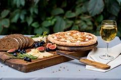 Do jantar vida ainda com champanhe, pão e pizza Fotografia de Stock Royalty Free