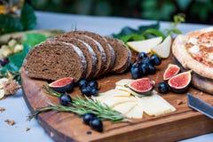 Do jantar vida ainda com pão, figos e pizza de centeio Imagem de Stock