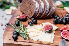 Do jantar vida ainda com pão, queijo e figos de centeio Fotografia de Stock Royalty Free