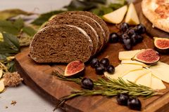 Do jantar vida ainda com pão, queijo e figos de centeio Foto de Stock