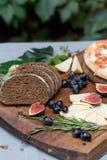 Do jantar vida ainda com pão, queijo e figos de centeio Fotos de Stock Royalty Free
