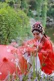 Do jardim chinês do pavilhão dos trajes de Opera de Pequim de Peking da mulher de Aisa a dança tradicional da noiva do jogo do dr imagens de stock