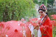 Do jardim chinês do pavilhão dos trajes de Opera de Pequim de Peking da mulher de Aisa guarda-chuva tradicional do vermelho da po imagem de stock royalty free