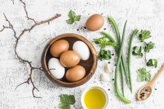 Do jardim das ervas, das especiarias e dos ovos da cozinha vida rústica ainda Em uma tabela clara, vista superior Configuração li Fotografia de Stock