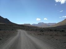Do Karoo da estrada cascalho do deserto semi imagem de stock