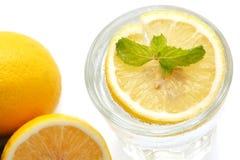 Do limão da soda da hortelã da bebida do verão do rafrescamento vida fresca ainda isolada Fotografia de Stock