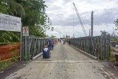 Do marco passagem fronteiriça de ponte de estrada de ferro que cruza Costa Rica Panama Tourist Walking fotos de stock