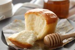 Do mel do bolo de queijo macio das pastelarias da sobremesa close up doce da vida ainda Fotos de Stock Royalty Free