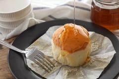 Do mel do bolo de queijo macio das pastelarias da sobremesa close up doce da vida ainda Imagens de Stock