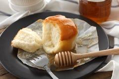 Do mel do bolo de queijo macio das pastelarias da sobremesa close up doce da vida ainda Foto de Stock