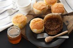 Do mel do bolo de queijo macio das pastelarias da sobremesa close up doce da vida ainda Fotos de Stock