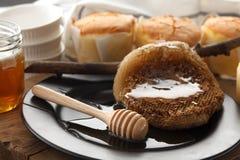 Do mel do bolo de queijo macio das pastelarias da sobremesa close up doce da vida ainda Foto de Stock Royalty Free
