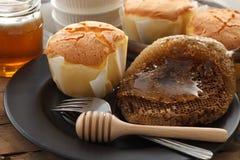 Do mel do bolo de queijo macio das pastelarias da sobremesa close up doce da vida ainda Imagem de Stock