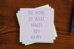 Do more of what makes you happy written on a note Stock Photo